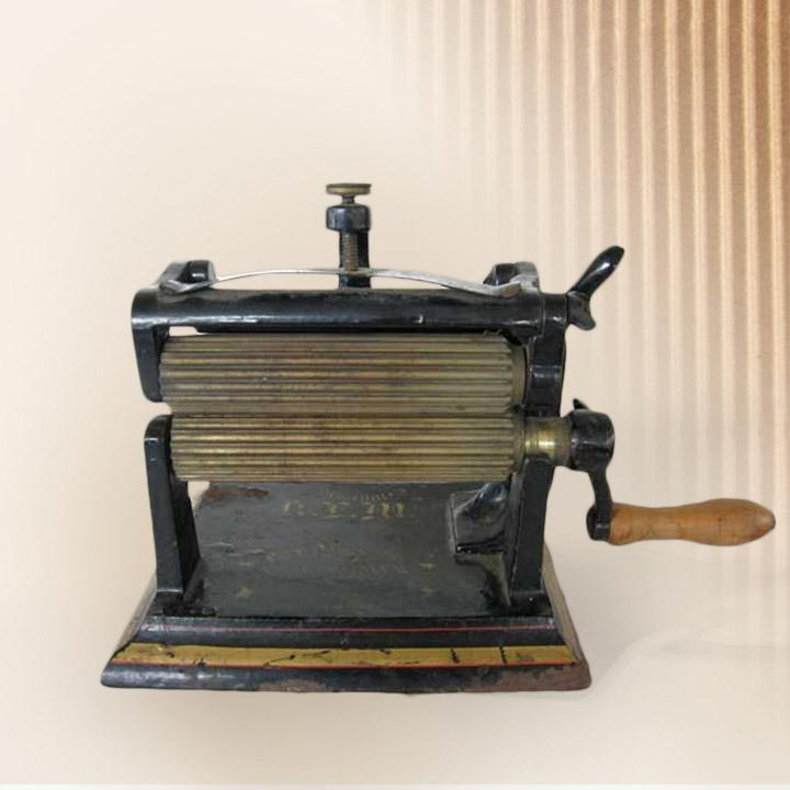 Hand machine with 2 fluted rolls